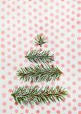 Tarjeta del día de fiesta del árbol de navidad en fondo punteado Fotos de archivo libres de regalías