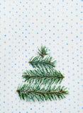 Tarjeta del día de fiesta del árbol de navidad en fondo punteado Imagenes de archivo