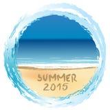 Tarjeta del día de fiesta con el verano 2015 escrito en la playa arenosa Foto de archivo libre de regalías