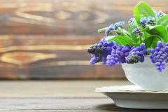 Tarjeta del día de madre Flores de la primavera en fondo de madera imagenes de archivo