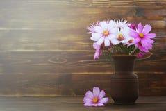 Tarjeta del día de madres con las flores en el florero imágenes de archivo libres de regalías