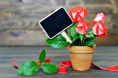 Tarjeta del día de madres con las rosas rojas y la pizarra en blanco foto de archivo libre de regalías