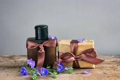 Tarjeta del día de padres, caja de regalo con la cinta marrón, botella de perfume Imágenes de archivo libres de regalías