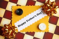 Tarjeta del día de padres en el tablero de ajedrez - foto común Fotos de archivo libres de regalías
