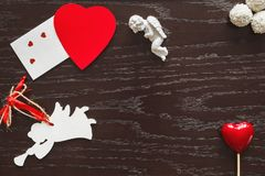 Tarjeta del día de San Valentín, corazón y ángeles en fondo de madera Fotos de archivo