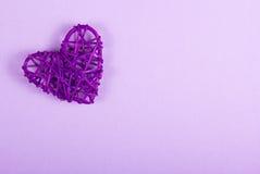 Tarjeta del día de San Valentín de mimbre en un fondo púrpura St Día del ` s de la tarjeta del día de San Valentín Fotografía de archivo