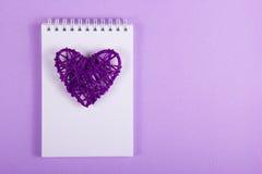 Tarjeta del día de San Valentín de mimbre y notas blancas sobre un fondo púrpura handmade Día del `s de la tarjeta del día de San imagen de archivo libre de regalías