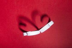 Tarjeta del día de San Valentín, dos corazones, fondo rojo fotografía de archivo libre de regalías