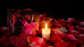 Tarjeta del día de San Valentín de la cantidad de la decoración con las cajas de regalo, la quema de la vela, y pétalos de rosa