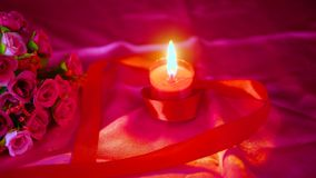 Tarjeta del día de San Valentín de la decoración con el ramo de la flor, la quema de la vela y cajas de regalo