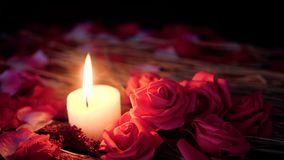 Tarjeta del día de San Valentín romántica con cantidad de la quema decorativa de la flor y de la vela
