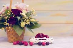 Tarjeta del día de San Valentín del St presente con las flores y las guirnaldas Fotos de archivo libres de regalías