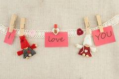 Tarjeta del día de San Valentín, tarjeta de felicitación Corazones de madera de los pernos, rojos y rosados, punto foto de archivo libre de regalías