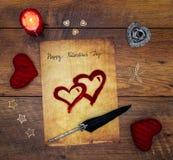 Tarjeta del día de tarjeta del día de San Valentín del vintage con los corazones rojos de la abrazo, ciervos pintados, vela y tin imágenes de archivo libres de regalías