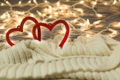 Tarjeta del día de San Valentín y concepto del amor con dos corazones en tela escocesa caliente con las luces en fondo fotografía de archivo