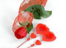 Tarjeta del día de San Valentín y rosas rojas en un fondo blanco Foto con el espacio de la copia Imagen de archivo libre de regalías