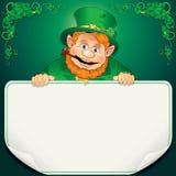 Tarjeta del día de St Patrick. Leprechaun con la muestra en blanco Imágenes de archivo libres de regalías