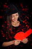 Tarjeta del día de tarjeta del día de San Valentín de la lectura de la muchacha Imágenes de archivo libres de regalías