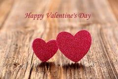 Tarjeta del día de tarjetas del día de San Valentín con dos corazones y las tarjetas del día de San Valentín felices DA del texto Imagen de archivo libre de regalías