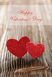 Tarjeta del día de tarjetas del día de San Valentín con dos corazones y las tarjetas del día de San Valentín felices DA del texto Fotos de archivo libres de regalías