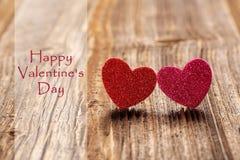 Tarjeta del día de tarjetas del día de San Valentín con dos corazones y las tarjetas del día de San Valentín felices DA del texto Foto de archivo libre de regalías