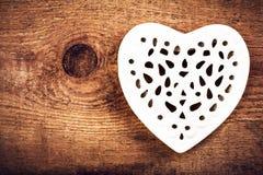 Tarjeta del día de tarjetas del día de San Valentín con Lacy Heart blanco en fondo de madera Fotografía de archivo libre de regalías