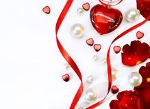 Tarjeta del día de tarjetas del día de San Valentín con las rosas y el haer rojos Fotos de archivo