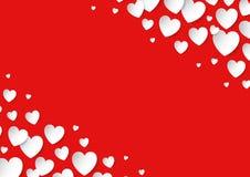 Tarjeta del día de tarjetas del día de San Valentín con los corazones dispersados del papel del vector en fondo rojo Fotografía de archivo