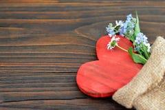 Tarjeta del día de tarjetas del día de San Valentín con el corazón y las flores Fotos de archivo