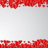 Tarjeta del día de tarjetas del día de San Valentín con los corazones de papel cortados Fotos de archivo
