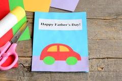 Tarjeta del día del ` s del padre El papel coloreado cubre, las tijeras, palillo del pegamento en fondo de madera del vintage Tar Fotos de archivo libres de regalías