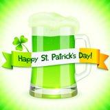 Tarjeta del día de Patrick con la pinta de cerveza verde Imagen de archivo