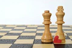 Tarjeta del día de tarjetas del día de San Valentín: Corazón, rey y reina en el tablero de ajedrez Fotos de archivo