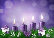 Tarjeta del deseo de la Navidad con las velas en vector púrpura Fotos de archivo libres de regalías