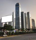 Tarjeta del edificio alto y de la muestra Imagen de archivo