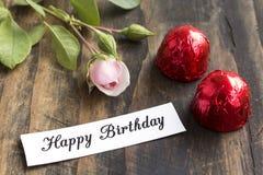Tarjeta del feliz cumpleaños con dos almendras garapiñadas y Rose Imagen de archivo libre de regalías