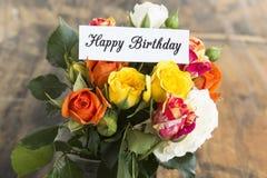 Tarjeta del feliz cumpleaños con el ramo de rosas Imagen de archivo