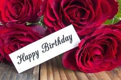 Tarjeta del feliz cumpleaños con el ramo de rosas rojas Fotos de archivo