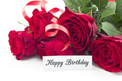 Tarjeta del feliz cumpleaños con el ramo de rosas rojas Fotografía de archivo