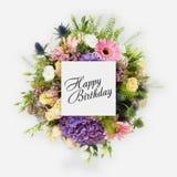 Tarjeta del feliz cumpleaños con endecha del plano de las flores Imágenes de archivo libres de regalías