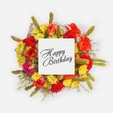 Tarjeta del feliz cumpleaños con endecha del plano de las flores Imagenes de archivo