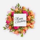 Tarjeta del feliz cumpleaños con endecha del plano de las flores Fotos de archivo