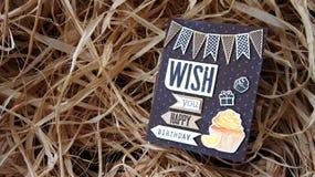 Tarjeta del feliz cumpleaños con la torta Imágenes de archivo libres de regalías