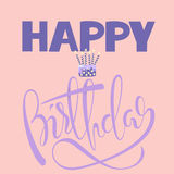 Tarjeta del feliz cumpleaños con la torta y las velas Letras del cumpleaños del vector en fondo rosado EPS10 ilustración del vector