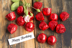 Tarjeta del feliz cumpleaños con las almendras garapiñadas y Rose Fotos de archivo libres de regalías