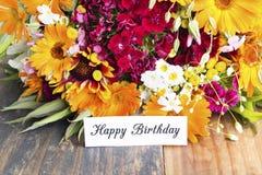 Tarjeta del feliz cumpleaños con las flores de la primavera Fotos de archivo libres de regalías