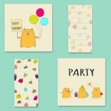Tarjeta del feliz cumpleaños con los globos gato y torta Foto de archivo