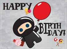Tarjeta del feliz cumpleaños con ninja lindo de la historieta stock de ilustración