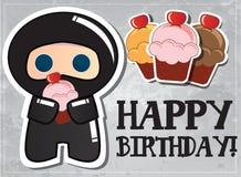 Tarjeta del feliz cumpleaños con ninja lindo de la historieta Imagenes de archivo