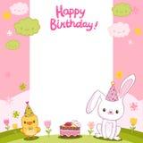 Tarjeta del feliz cumpleaños con un conejito y un pájaro Fotografía de archivo